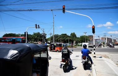 Dos motos y un motocarro esperan el cambio del semáforo instalado en la calle 30 con carrera 14.