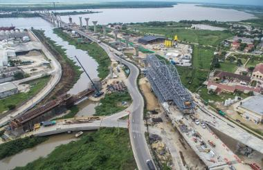 Imagen desde el aire del nuevo puente Pumarejo, que se construye a un lado del actual.
