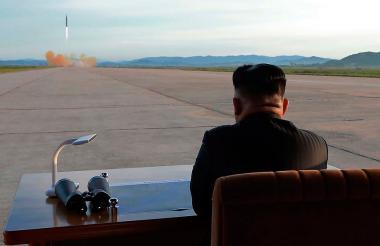 El líder de Corea del Norte, Kim Jong-un, observa el lanzamiento de un misil.
