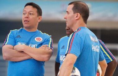 El entrenador barranquillero Roberto Bruno (i) junto al utilero Alejandro Orrego.