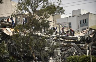 Socorristas buscan entre los escombros a personas que quedaron atrapadas.