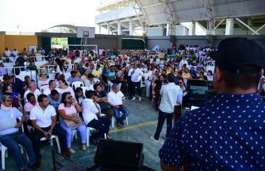 Ante autoridades y asistentes a la socialización, un habitante de Puerto expone sus dudas sobre el PBOT.