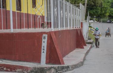 En la carrera 8C con calle 40, el andén estrecho obliga al peatón a caminar por la calle.