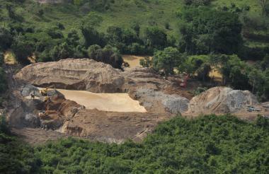 Vista aérea de un punto de extracción ilegal de oro en el Sur de Bolívar.