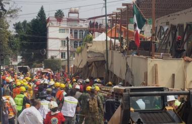 Un grupo de rescatistas continúa en la búsqueda de Frida, una menor que se encuentra atrapada entre los escombros de la escuela Enrique Rébsamen.