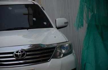 Impactos de bala en la camioneta del contratista.