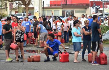 Tras el paso de María en Pto. Rico, la gente hace filas para comprar gasolina .