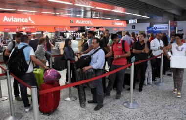 Pasajeros en el 'counter' de Avianca del aeropuerto Ernesto Cortissoz.