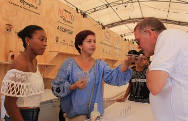 Degustación de la bebida de cañafístulas durante 'Mompox hecho a mano'.