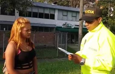 Estefani Barreto cuando es notificada por un uniformado de la Policía.