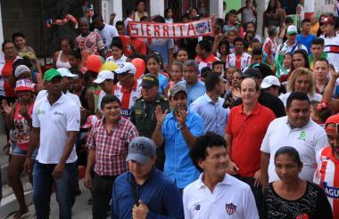 El alcalde Alejandro Char y el secretario Rafael Lafont, en compañía de la comunidad, recorren una de las calles intervenidas.