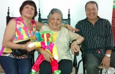 Beatriz Macías (c) con su hija Yolanda y su yerno Javier.