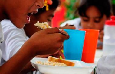 Los menores presuntamente habrían consumido alimentos complementarios del Programa de Alimentación Escolar.
