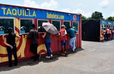 Personas diligenciando su inscripción en el parqueadero del Metropolitano para el sorteo de entradas.