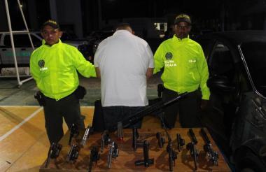 El capturado llevaba en su carro once revólveres, tres pistolas y un fusil desarmado.