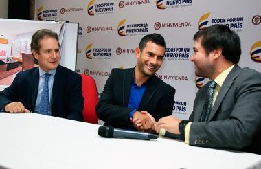 El presidente de Amarilo, Robero Moreno, el deportista Éider Arévalo y el ministro de Vivienda, Jaime Pumarejo.