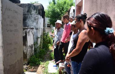 Familiares de Ángel Del Valle miran su tumba en el cementerio Municipal de Soledad.