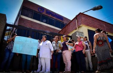 Varios trabajadores protestan en la puerta de la Clínica Bautista.
