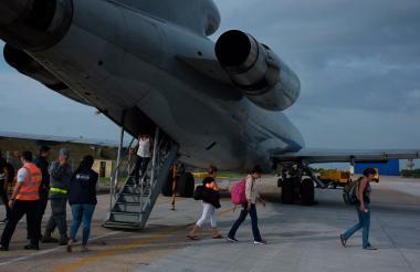 Los barranquilleros al decender del avión.