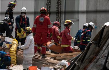 Rescatistas mexicanos siguen tratando de encontrar sobrevivientes.