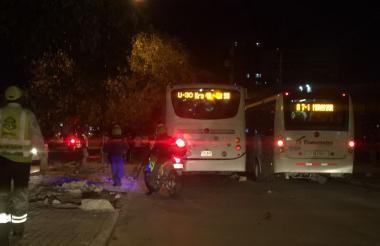 Buses de Transmetro retenidos por los usuarios.