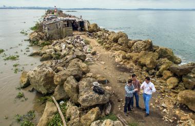 Expertos, durante su recorrido por el tajamar de Bocas de Ceniza.