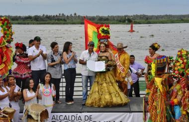 Valeria Abuchaibe recibe el documento de las manos del alcalde Alejandro Char, en compañía de directivos y hacedores del Carnaval.