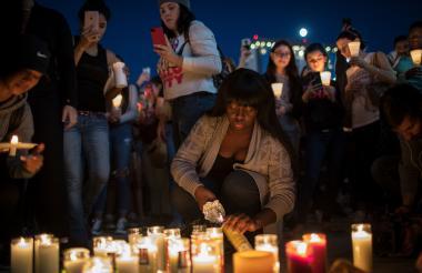 Decenas de personas depositan flores en el epicentro del tiroteo en Las Vegas.