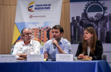 Eduardo Verano De la Rosa, gobernador del Atlántico; Jaime Pumarejo, ministro de Vivienda, y Yency Contreras, profesora de la Universidad Nacional.