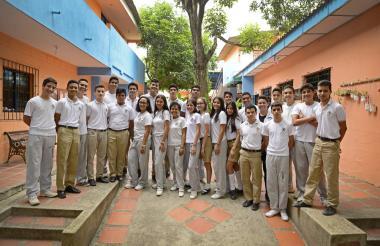 Parte de los estudiantes que llevarán sus proyectos a la Feria de la Ciencia, en Bogotá.