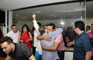 El concejal Rubén Marino abraza a Óscar David Galán tras ser elegido como presidente de la mesa directiva.