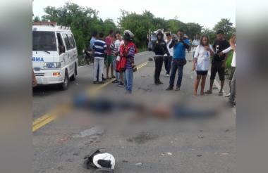 Aspecto del lugar del accidente. El flujo vehícular estuvo bloqueado hasta que se hizo el levantamiento de los cadáveres.