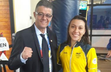La karateca Natalia Bernal junto a Hollman Bedoya, delegado de la Selección Colombia en Chile.