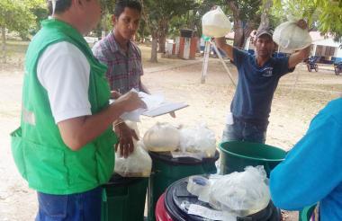 Funcionarios de la Aunap inspeccionan el producto que comercializará un pescador en la Costa.