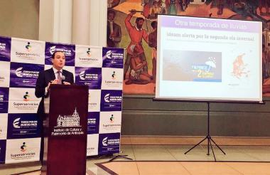 El superintendente José Miguel Mendoza explica la importancia de los planes de contingencia.