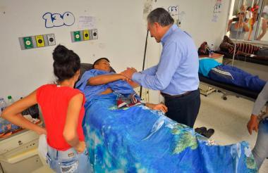 Óscar Naranjo, vicepresidente, visita a uno de los campesinos heridos en Tumaco.