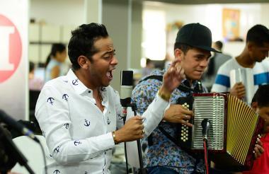 El cantante Orlando Liñán y el acordeonero Romario Munive, durante su presentación en el espacio musical de EL HERALDO.