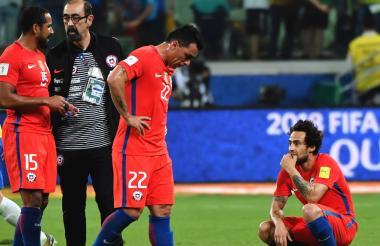 Los jugadores chilenos se lamentan tras quedar eliminados de la Copa del Mundo Rusia 2018.