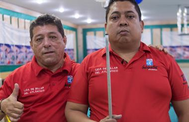 Édgar Wade, presidente de la Liga de Billar del Atlántico (i), y el campeón nacional, Rodrigo Navarro.
