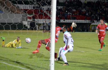 Acción del juego de ida en el estadio La Independencia.