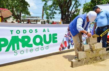 El alcalde Joao Herrera pone la primera piedra del parque Cementerio 'Gabriel Escorcia', en Soledad.
