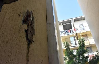 Un daño en la tubería ocasionó el hueco en la pared de uno de los edificios.