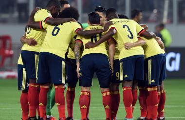 Los jugadores de la Selección Colombia dialogan antes de arrancar el compromiso ante Perú.