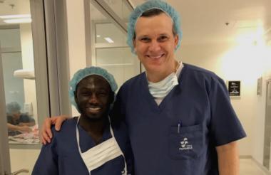 Yimmi Chará junto al médico Mario Julio Mendoza.