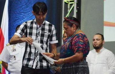 Pedro Murillo, jefe de Asuntos Culturales de Sincelejo, entregó las llaves de la ciudad a Menchú.