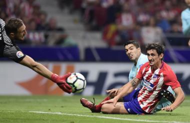El delantero del Barcelona, Luis Suárez, saca un remate ante la maraca del defensor Stefan Savic.