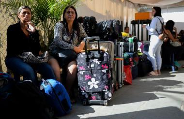 Fila de pasajeros con destino a Ecuador en la terminal de Caracas.