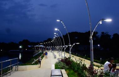 Los sabanagranderos aprovechan su cercanía con la obra para visitarla y disfrutar del paisaje nocturno.
