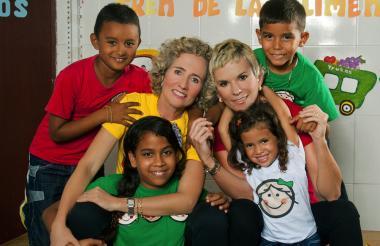 Francis Zylberblum, Mónica Schraer y los niños de la fundación, en el barrio Santa María.