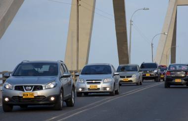 Vehículos ingresan a Barranquilla por el Puente Pumarejo.